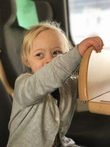 Adelina på tåget till Stockholm